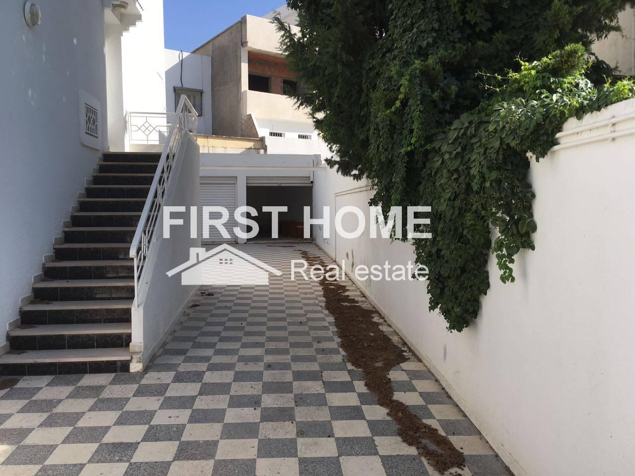 Un étage de villa S+3 est en location à Ennasr 1