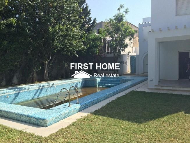 Une villa S+7 avec piscine  est en location à la soukra