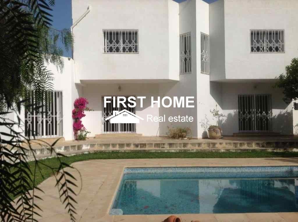 Une Villa S+8 avec piscine est en location à Chotrana 2