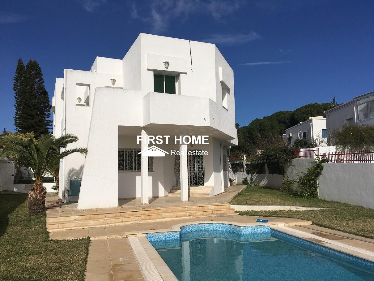 Villa S+6 avec piscine est en location à Gammarth